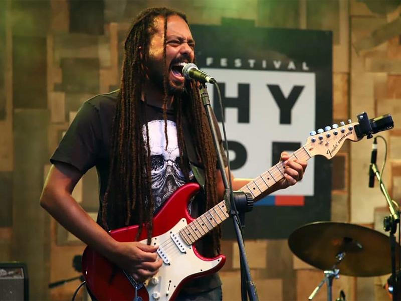 músico Julio Caldas tocando guitarra