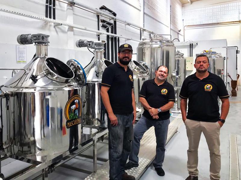 sócios da cervejaria Mascarenhas na fábrica