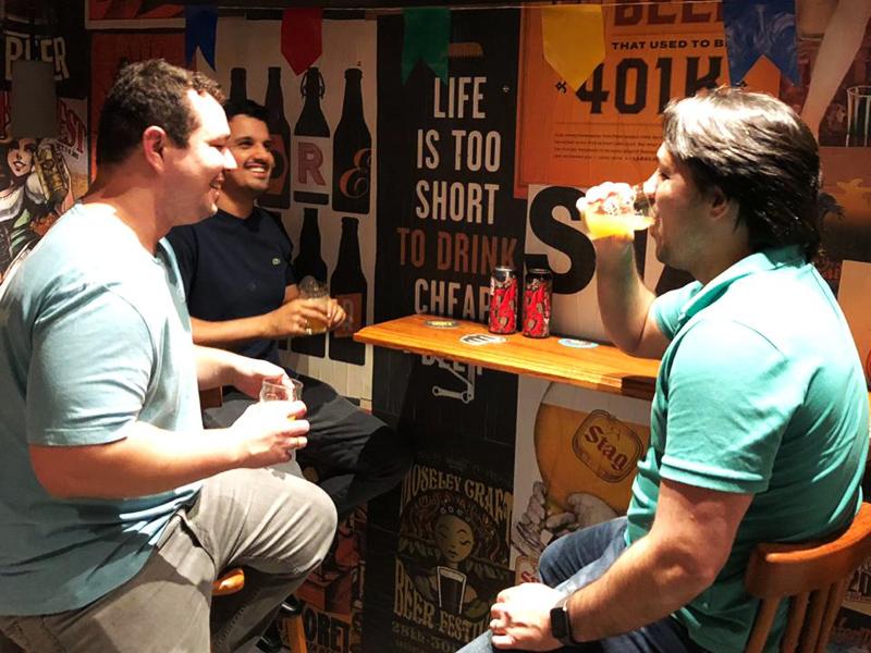 clientes bebem cerveja dentro da Chopp Shop, em Salvador