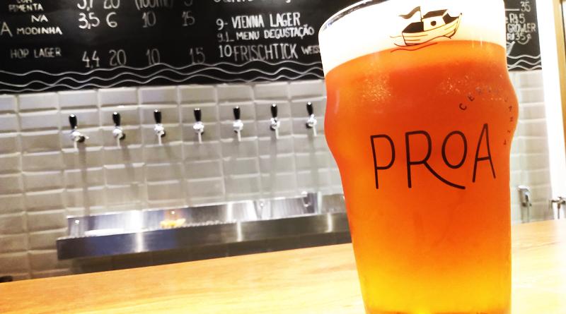 copo da Proa Cervejaria com cerveja no balcão