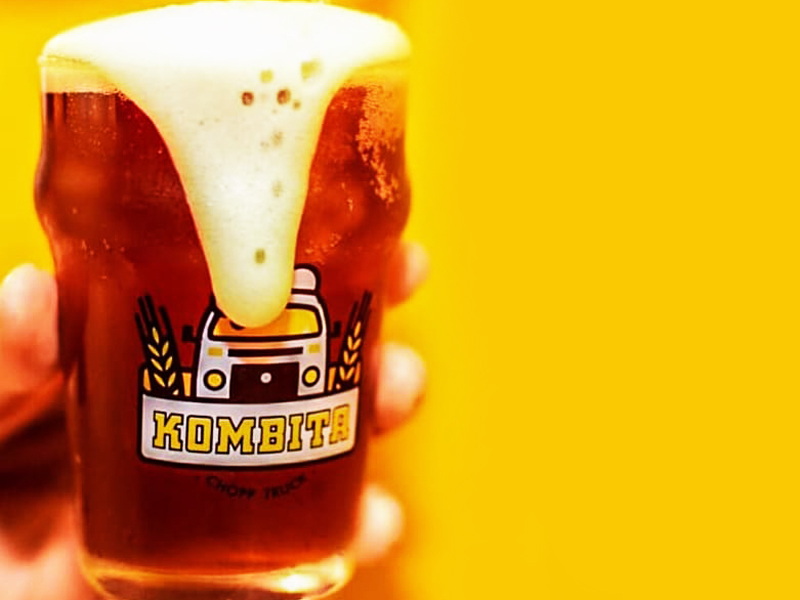 copo da Kombita Chopp com cerveja derramando