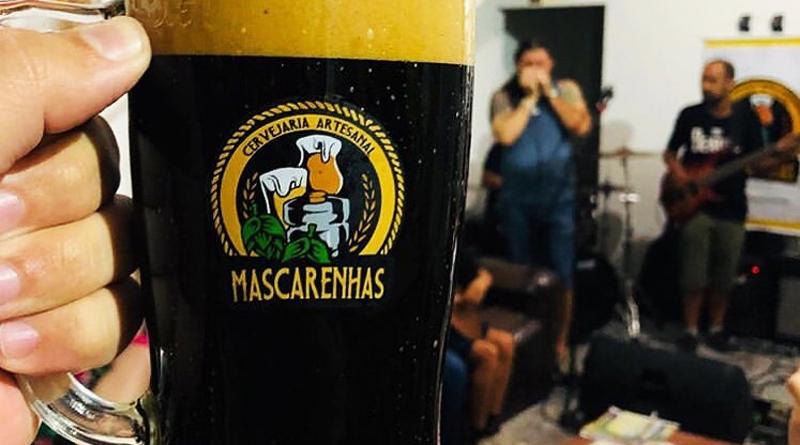caneca com cerveja escura da Cervejaria Mascarenhas
