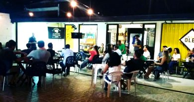 pessoas assistem à palestra na Casa Olec Salvador