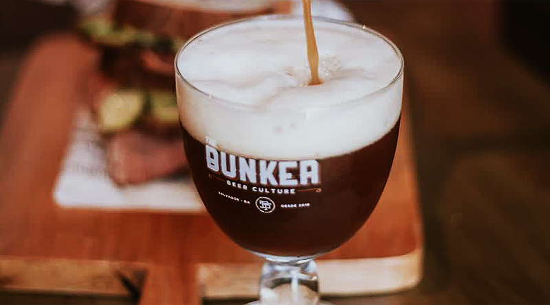 copo com cerveja escura