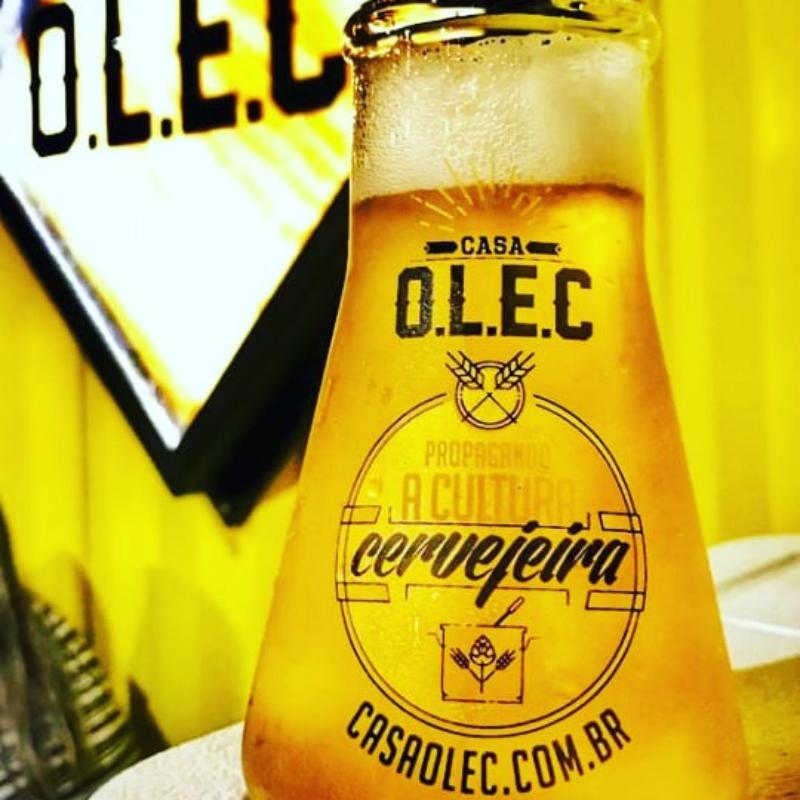 Copo com cerveja dourada, na Casa Olec Salvador
