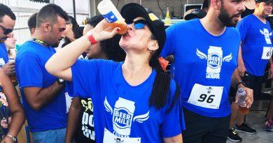 Corredora bebe cerveja na corrida Beermile, em Lauro de Freitas